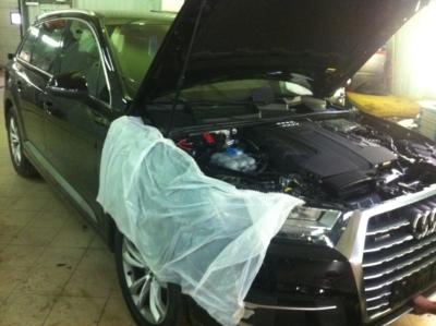 Установка охранного комплекса на Audi Q7, так же на авто устновлены авторские замки капота, блокираторы дверей, бронепленка на стекла защита от угона